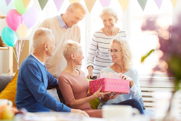 Cadeaus geven op een feestje thuis