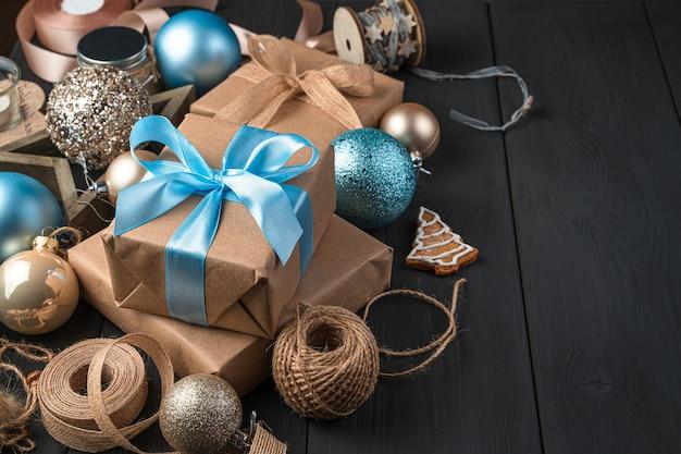 Cadeaus met blauwe linten en kerstversiering