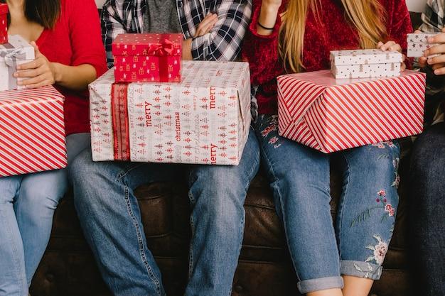 Cadeaus op poten van drie personen