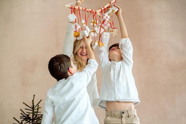 Cadeaus verrassingen voor kinderen. twee emotionele jongens