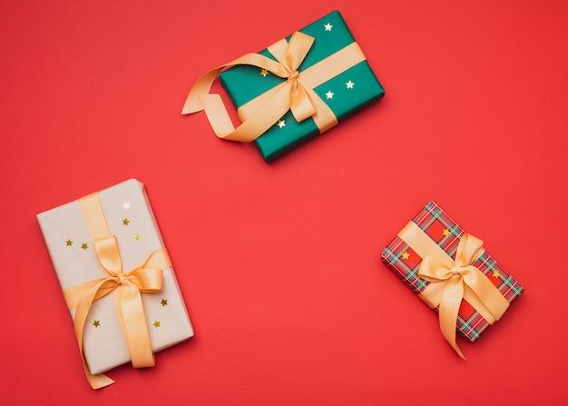 Cadeaus voor kerst gewikkeld in papier