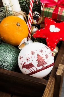 Cadeaus voor kerstmis en verschillende attributen van vakantie op een donkere ondergrond