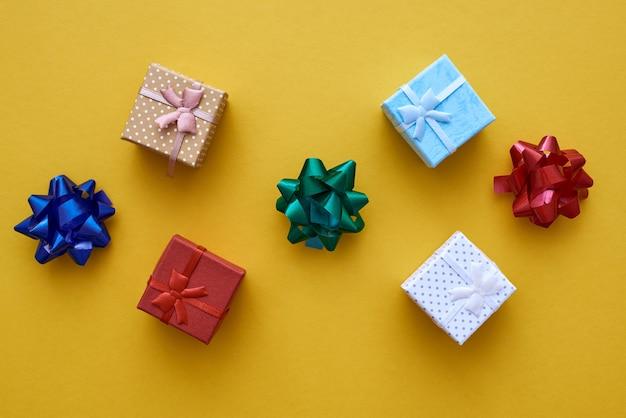 Cadeaus voor vrienden kleine geschenkdozen met kleurrijke strikken