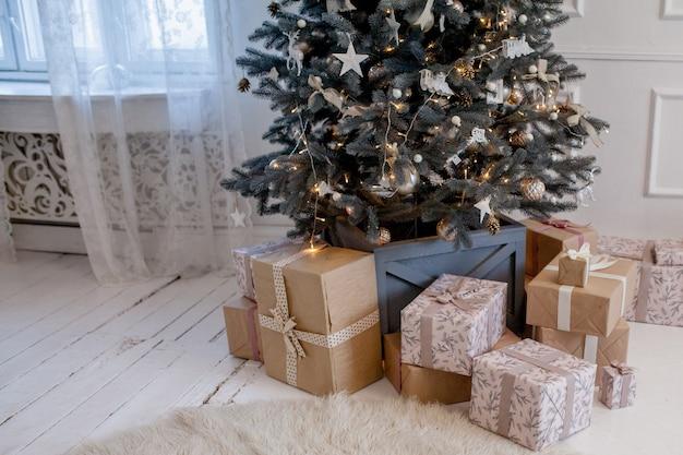 Cadeautjes en geschenken onder de kerstboom, concept van de wintervakantie.