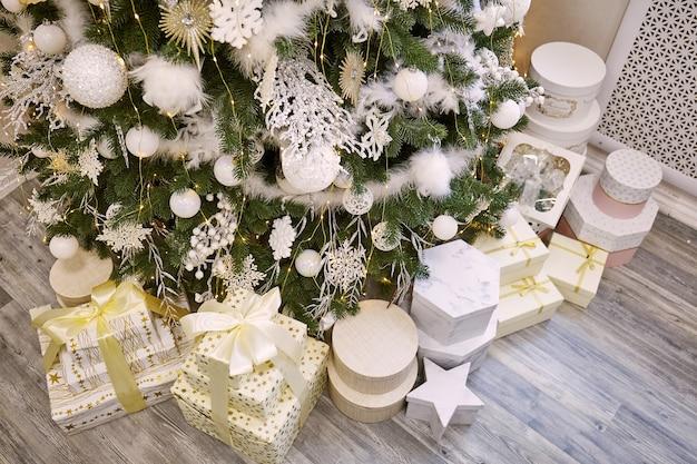 Cadeautjes en geschenken onder prachtige kerstboom