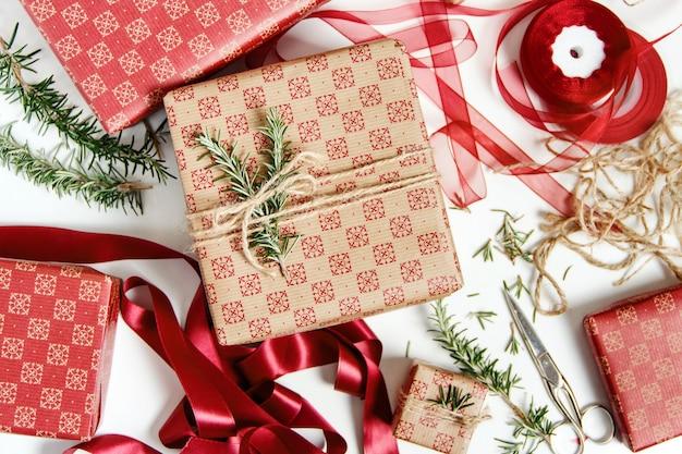 Cadeautjes inpakken met knutselpapier en decoreren met linten en rozemarijn
