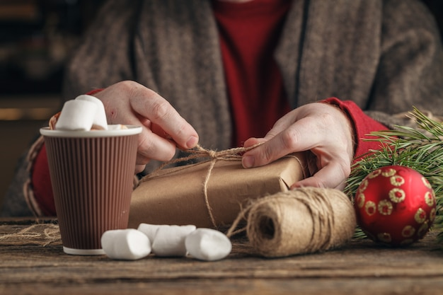 Cadeauverpakking voor kerstmis en nieuwjaar. handgemaakt Premium Foto