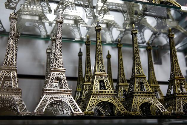 Cadeauwinkel in parijs. kleine exemplaren van de eiffeltoren.