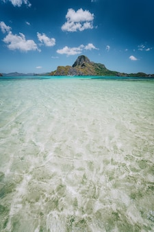 Cadlao-eiland met blauwe ondiepe lagune op voorgrond. el nido, palawan, filippijnen.