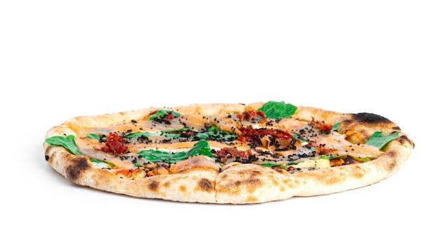 Caesar pizza met zalm, mozzarella en basilicum geïsoleerd.