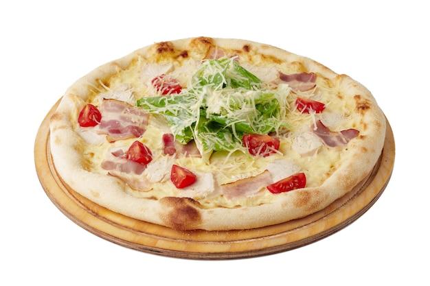 Caesar pizza op een houten bord geïsoleerd op wit