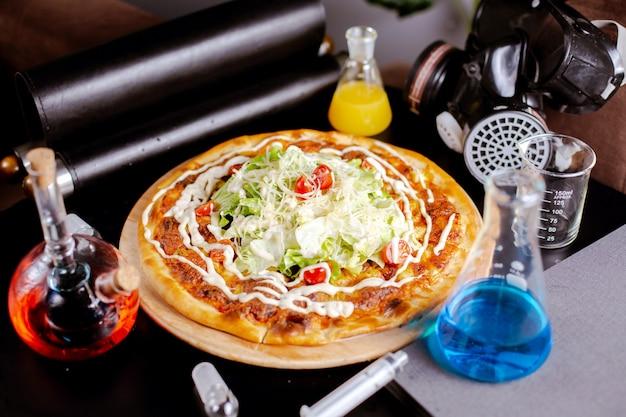 Caesar pizza op tafel