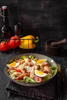 Caesar salade met kip op de tafel verticale foto.