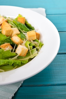 Caesar salade op picknick tafel close-up