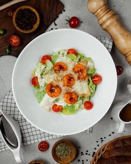 Caesarsalade gegarneerd met gefrituurde garnalen