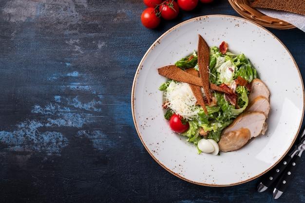 Caesarsalade kip en groenten. . bovenaanzicht