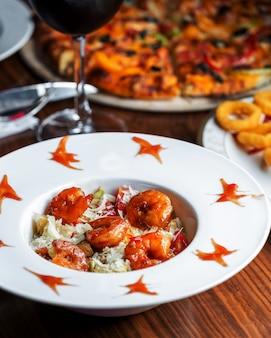 Caesarsalade met garnalen in zoete chilisaus, sla en kaas