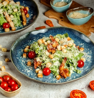 Caesarsalade met gebakken garnalen