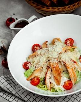 Caesarsalade met gebakken kip
