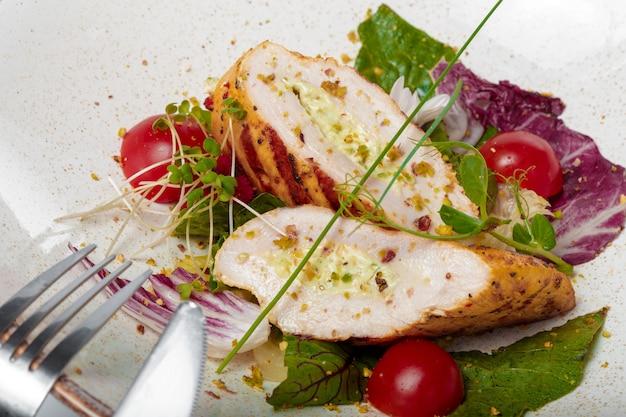 Caesarsalade met gegrilde kip op plaat