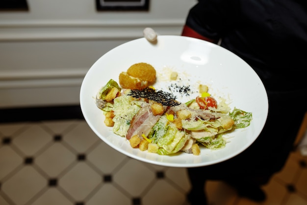 Caesarsalade met kip, cherrytomaatjes, sla