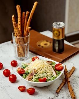 Caesarsalade met kip en crackers