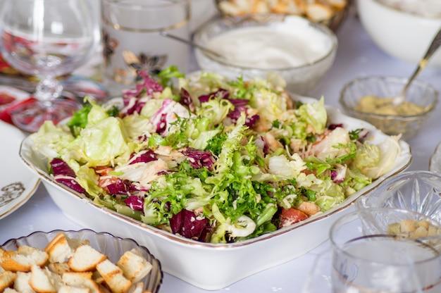Caesarsalade met kip en groene slablaadjes