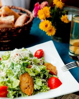 Caesarsalade met kip geserveerd met brood