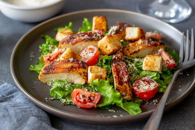 Caesarsalade met kip. gezond eten. eetpatroon. recepten van nationale gerechten.