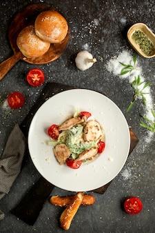 Caesarsalade met kip op een houten bord