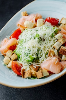 Caesarsalade met zalm en geraspte kaas
