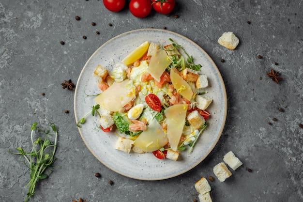 Caesarsalade met zalm en verse groenten. bovenaanzicht. vrije ruimte voor uw tekst