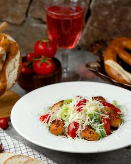 Caesarsalade met zijbrood en tomaten