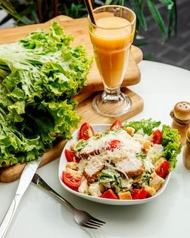 Caesarsalade met zijkruiden en sap