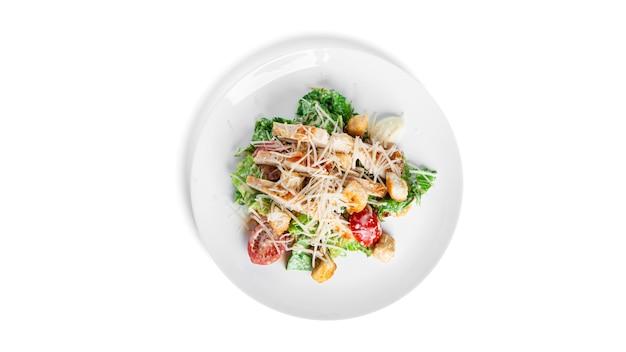 Caesarsalade op wit wordt geïsoleerd dat.