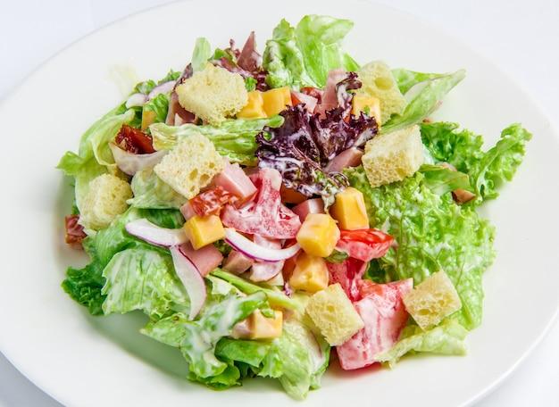 Caesarsalade op wit