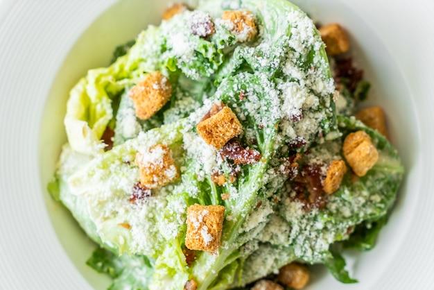 Caesarsalade op witte plaat