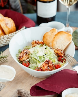 Caesarsalade van garnalen met broodtoosts