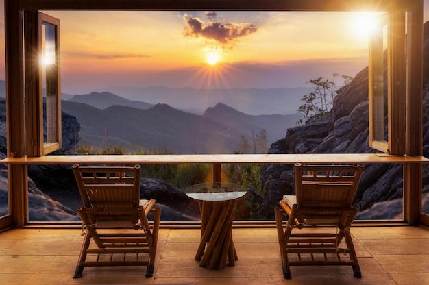 Cafe bar en uitzicht op de bergen.