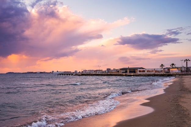 Café bij het zee-restaurant op het strand bij zonsondergang