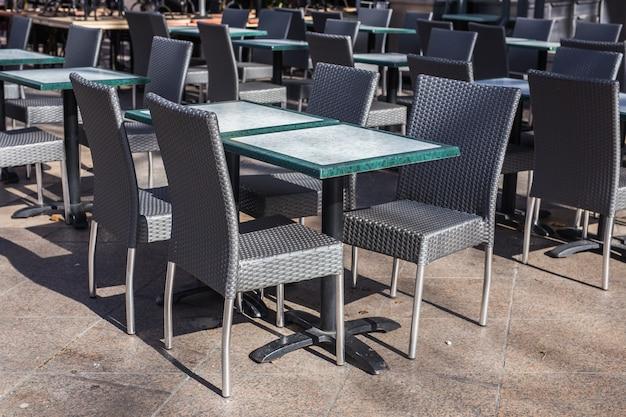 Café-, coffeeshop-, taverne- en restaurantconcept - lege tafels tussen eeturen in europa