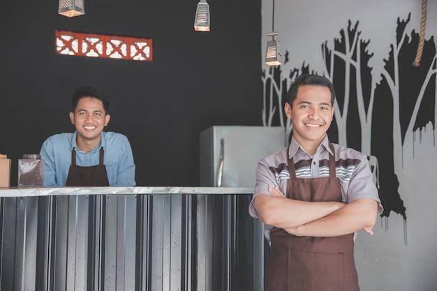Cafe-eigenaar permanent met gekruiste armen