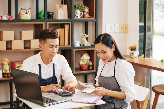 Cafe-eigenaren die rekeningen controleren