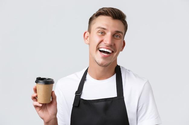 Café- en restaurants, coffeeshopeigenaren en winkelconcept vriendelijke vrolijke knappe barista in zwart...