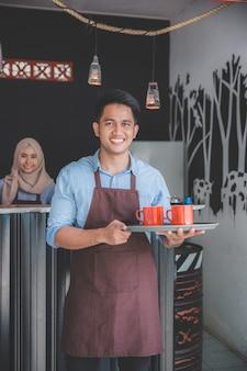 Cafe ober bedrijf dienblad met twee kop koffie