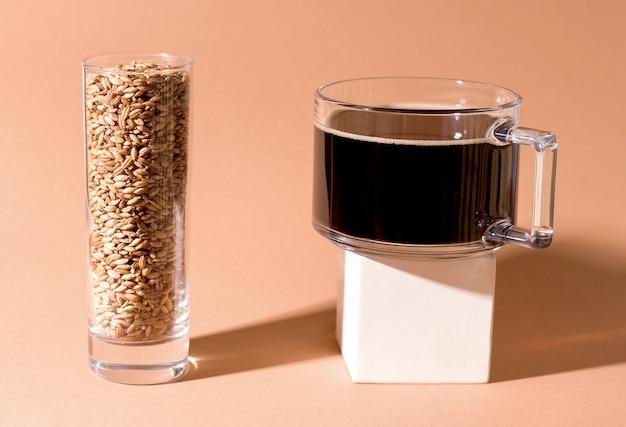 Cafeïnevrije haverkoffie in een kopje op een voetstuk
