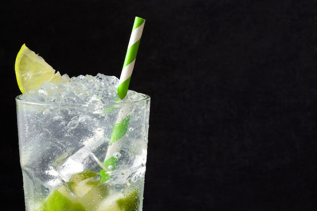Caipirinha cocktail in glas op zwart