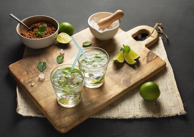Caipirinha van cachaca, mojito van witte rum, limoen, verse munt, bruine suiker en crushed ijs.