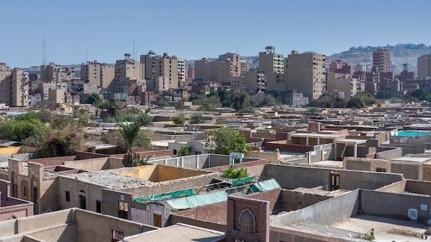 Caïro, egypte - 13 april 2021: uitzicht op de stad caïro met dicht opeengepakte woonhuizen en gebouwen