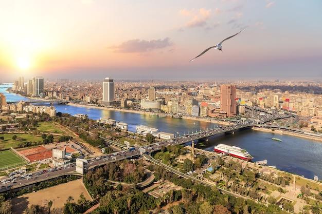 Caïro en het uitzicht op de nijl, zonsondergangfoto, egypte.